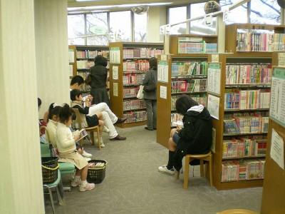Kinderen in de Hiroshima stadsbibliotheek