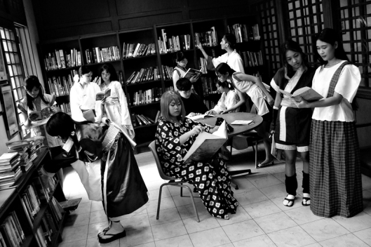 Meisjes in een Japanse bibliotheek tijdens het Tanabata-festival in 2009 (foto Sirtrovis)