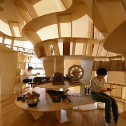 Een in 2009 van hout gebouwde bibliotheek in Yamakoya
