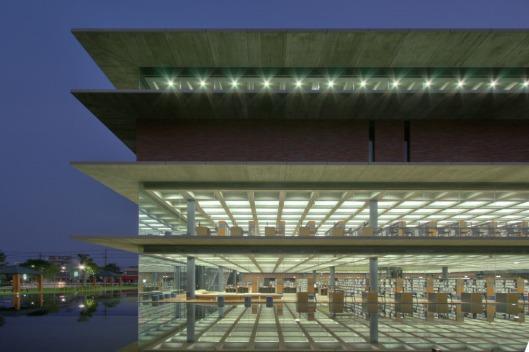 De nieuwe centrale bibliotheek van Fukoyama, geopend in 2008. Ontwerp van architectenbureau Nikken Sikkei