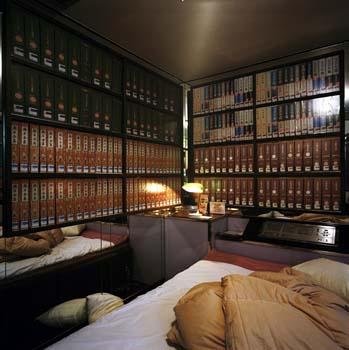 Kamer van een lovehotel in Tokio, omringd door boeken, speciaal voor liefhebbers van boeken èn seks.