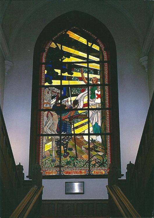 Glas-in-loodraam in de oudbouw van U.B.Keio met een latijnse inscriptie 'Calamus Gladio Fortior' ofwel de pen is machtiger dan het zwaard.