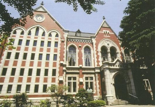 Vooaanzicht oudbouw universiteitsbibliotheek Keio, gebouwd tussen 1908 en 1912.