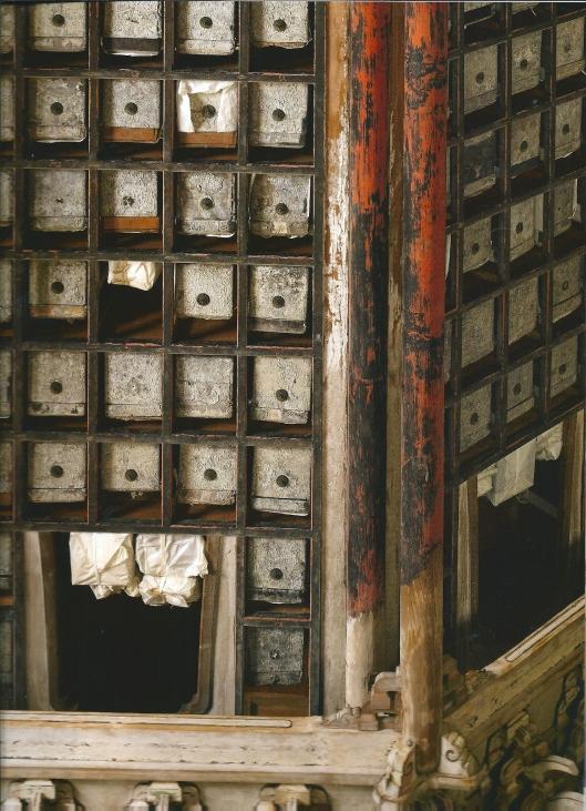 Soetra-zaal in Mii-Dera tempel, Otsu, Japan. Daterend uit de 15e eeuw. De boeken met Boeddhistische soetra's zijn van in linnen gewikkeld papier. Ieder boek is in zijn eigen nis in een loden kist geplaatst.