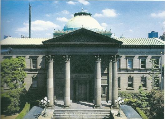 Vooraanzicht vann Osaka Prefectural Nakanoshima Library. Opgericht in 1904.