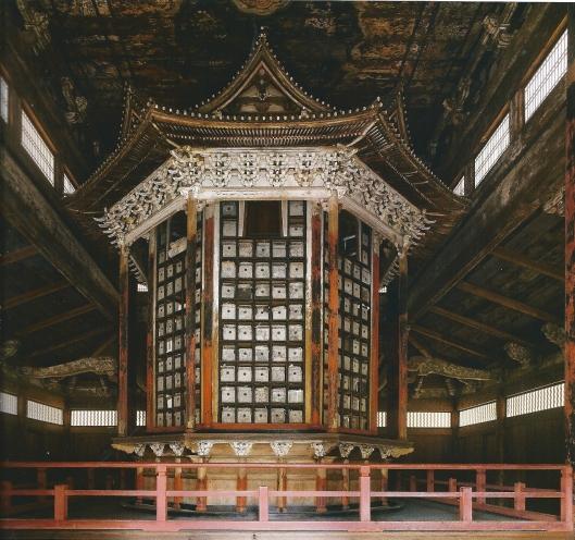 Overzicht Soetra-bibliotheek, Mii-Dera tempel, Otsu. Deze achthoekige boekenkast uit de 15e eeuw is in 1602 naar deze ruimte verplaatst. Oorspronkelijk kon de speciale constructie om zijn as gedraaid worden. Elle volledige rotatie gold als equivalent van het eenmaal lezen van de boeddhistische canon (James W.P.Campbell/Will Pryce)