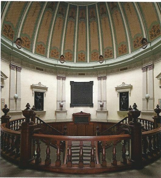 Ronde vestibule en koepel van de in 1904 gebouwde bibliotheek van Osaka in de kenmerkende architectuur van de Meiji-periode