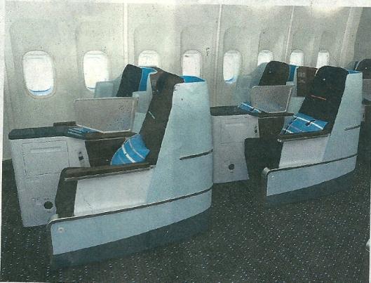 Het Dutch-Design interieur van Hella Jongerius in KLM business class met ruimere stoelen.
