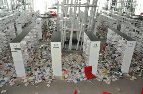 Interieur van de Sendai Mediatheque na de zeebeving van 11 maart 2011