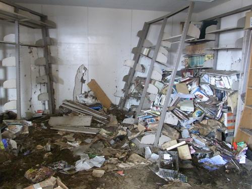 Een door de tsunami van 2004 getroffen bibliotheek in Japan