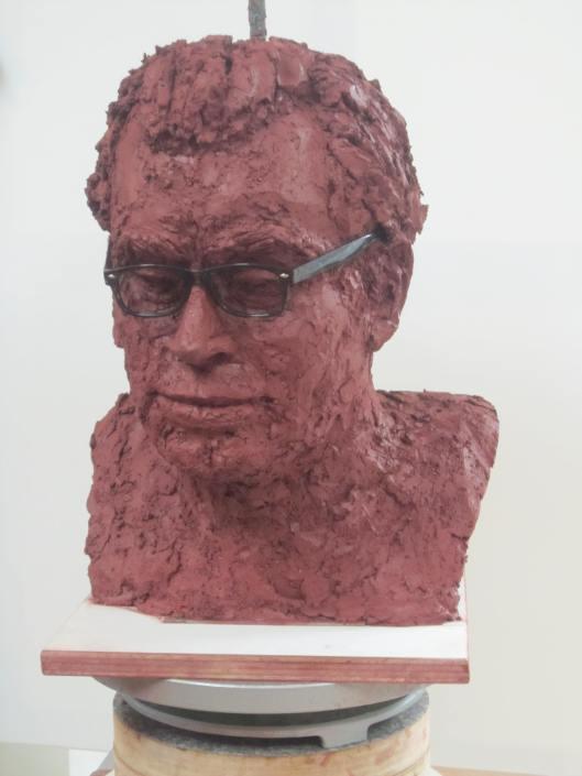 Ontwerp-borstbeeld Godfried Bomans door Ellen Wolff uit Heemstede, vooralsnog in klei, rode charmotte Africantone.