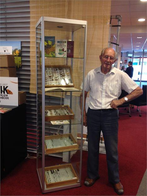 In verscheidene bibliotheken zijn buij gelegenheid van de heruitgave van Erik insectencollecties tentoongesteld, zoals op deze foto op Goeree-Overflakkee. Ook het eten van insecten in restaurants is mede dankzij het boek duidelijk booming.