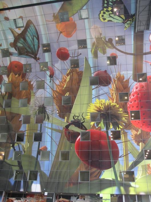 De binnengevel van de in 2014 geopende Rotterdamse Markthal is bekleed met een 11.000 vierkante meter groot kunstwerk van Arno Coenen, getiteld 'Hoorn des overvloeds' . Het kunstwerk toont o.a. groenten, bloemen en insecten. Coenen probeerde hiermee 'dat kinderlijke gevoel van verwondering dat je had als je vroeger 'Erik of het klein insektenboek' las of 'Alice in wonderland' op te roepen' (Wikipedia)