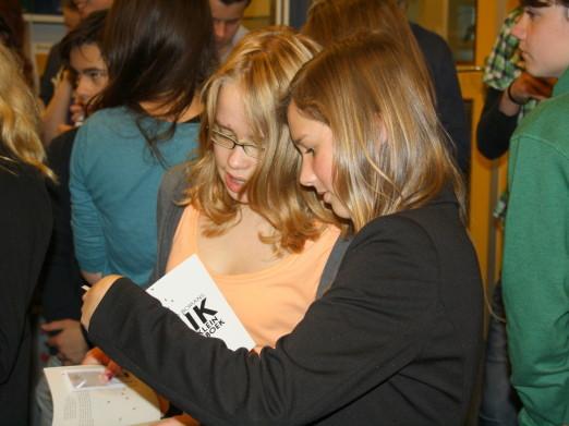 Leerlingen van VWO4 van Winkler Prins Veendam bekijken de ontvangen Erik (foto J.Robben)