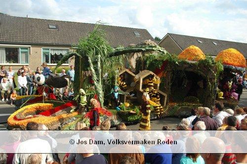 In 2005 is op de Rodermarktparade Bomans' boek Erik of the klein insectenboek uitgebeeld (foto Dom, Roden)