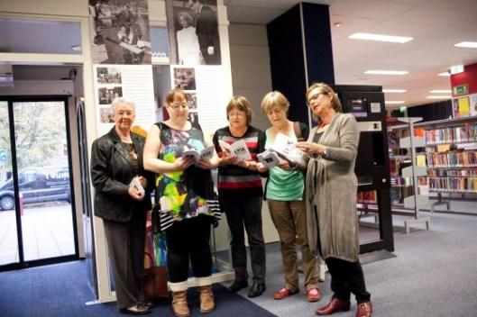 De eerste lezeressen die in de openbare bibliotheek van Weesp het boek Erik ontvingen. De bibliotheek bestaat daar al 103 jaar. (foto WeespNieuws.nl)
