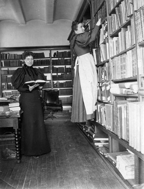 Minnie Oakley en Florence baker Hayes werkzaam in de Wisconsin State Historical Society Library, 1896