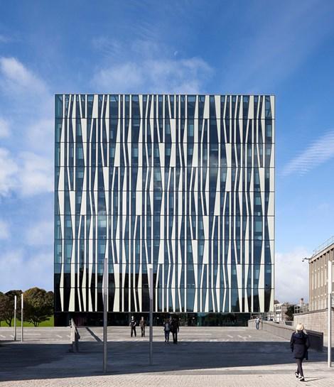 Façade van de nieuwe Universiteitsbibliotheek van Aberdeen, uitvoerig beschreven in 'Contemprary Library Architecture' (2013).