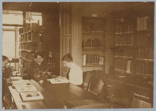 Foto interieur openbare bibliotheek Amersfoort, 1920
