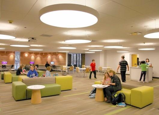 De Arlington Heights Openbare Bibliotheek heeft een nieuwe ruimte voor jongeren ontwikkeld, genaamd 'the Hub'. De Chicago Public Library wil ook dergelijke rumten gaan introduceren. Zie artikel van Tom Mullaney: 'Libraries reinvent themselves for the 21st century.'