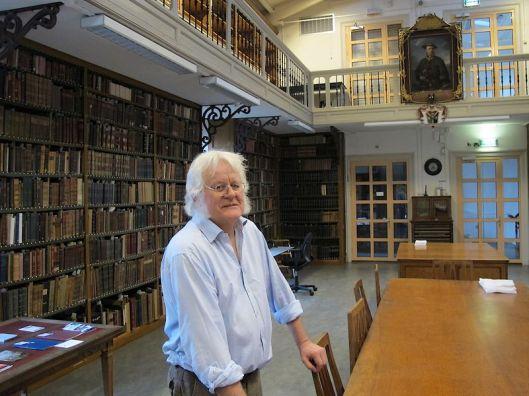 Redmond O'Hanlon en portret van Linnaeus in Laplands kostuum in de Artis Bibliotheek (foto Tristan Mostert)