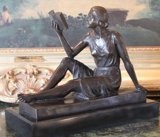 Bronzen beeld van bibliothecaresse op een basement van marmer in de New York Public Library