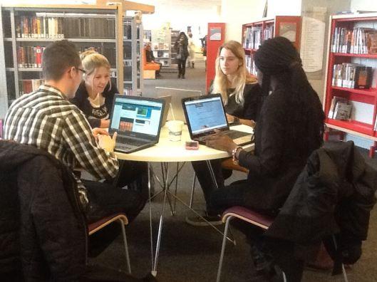 Werkplekken in de bibliotheek van Helmond