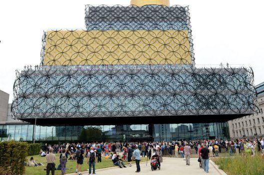 De nieuwe openbare bibliotheek van Birmingham, waar op een zaterdag 14.440 bezoekers werden geteld en het eerste miljoen al 4 maanden na openstelling wordt verwacht