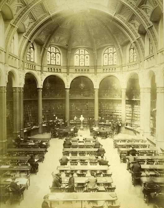 Interieurfoto van de oude centrale bibliotheek in Birmingham die van 1870 tot 1973 in gebruik was