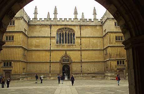 De Bodleian Library in Oxford is meer meer dan 9 miljoen gedrukte werken de grootste universiteitsbibliotheek van Groot-Brittannië