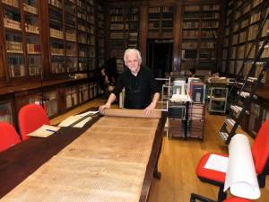 Mauro Peroni met de Sefer Torah in de universitetsbibliotheek van Bologna
