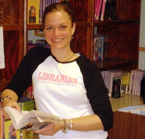 Mrs. Casieri: als bibliothecaresse aan het werk