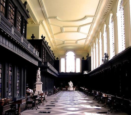 Interieur van de Codrington Library in All Souls College, Oxford. Baudet schrijft over enkele eigenaardige traditirs zoals de copieuze diners die een paar keer per jaar voor genodigden geserveerd worden en een andere - meer stiekeme -gewoonte is om 's nachts cricket in de bibliotheek te spelen waarbij de batsman vlak voor het standbeeld van William Blackkstone achter in de zaal staat.
