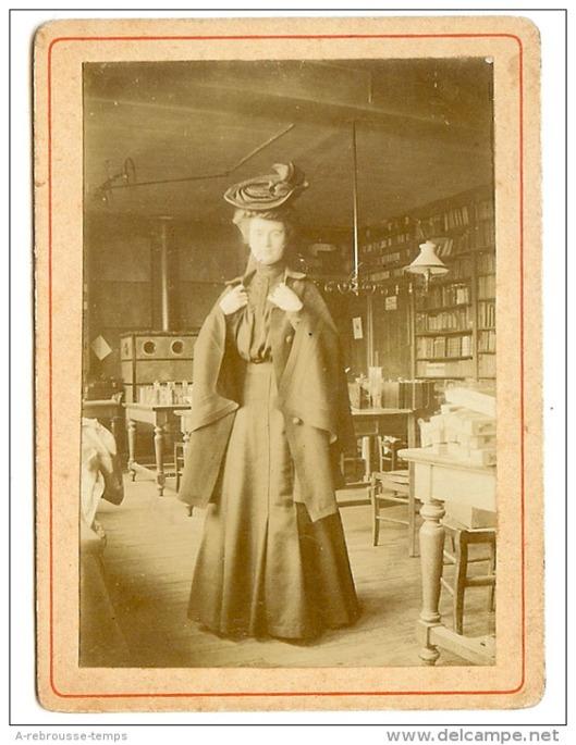 Elegante bibliothecaresse uit Parijs, circa 1880