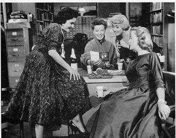 Nog een scene van 5 bibliothecaresses in 'The Desk Set' uit 1957 met o.a. Katherine Hepburn