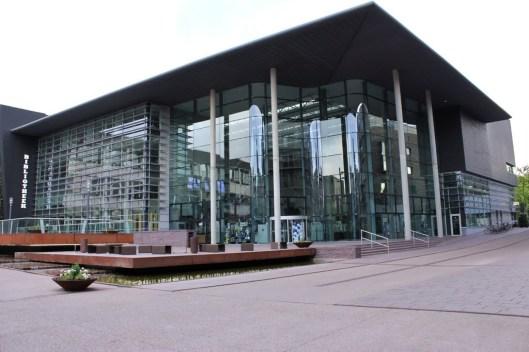 Exterieur van de moderne openbare stadsbibliotheek in Genk, België