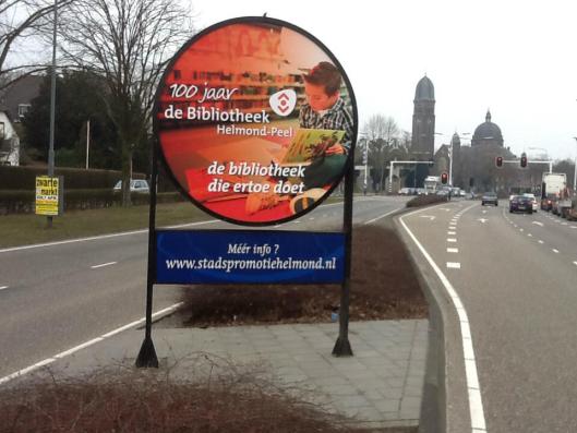 Onder de enthousiaste leiding van Ruud Hakvoort timment de bibliotheek Helmond-Peel aan de weg.