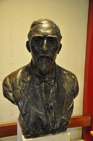 Borstbeeld van Herman Hubert Knippenberg (foto dr.KnippenbergcollegeHelmond)