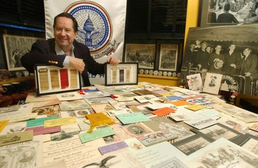 Landau omringd door presidentiële memorabilia voor de inval van de FBI in zijn woning
