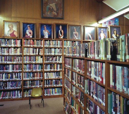 De winnaressen van de jaarlijkse Miss Cass Lake verkiezing via een portret vereeuwigd in de openbare bibliotheek van Cass Lake, Minnesota, USA (foto Robert Dawson, 2012)