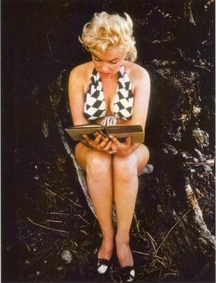 Marylin Monroe lezend in 'Ulysses' van James Joyce (Eve Arnold, 1954)
