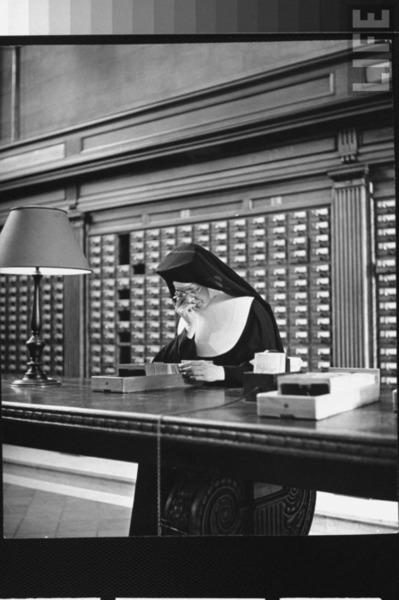 Bon werkzaam in de New York Public Library, 1944 (foto Eisenstaedt)