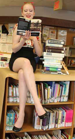 Andrea Heppleston met een aantal verboden boeken in het kader van de 'Freedom to Read Week' (Febr. 2011) in de Morinville Public Library (Canada)