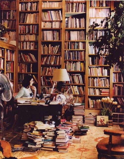 De Britse publiciste Nigella Lawson aan het werk in haar bibliotheekkamer