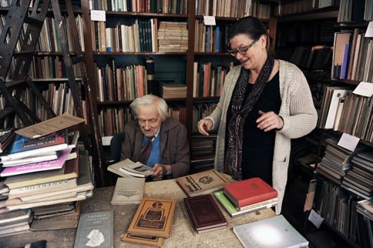 Louis Putman (met vriendin Conchita) temidden van zijn boeken