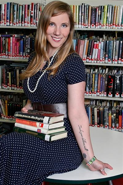 Emily Grace Mehrer is als bibliothecaresse afgebeeld op de nieuwe kalender 2014 van de Rhode Island Library Association