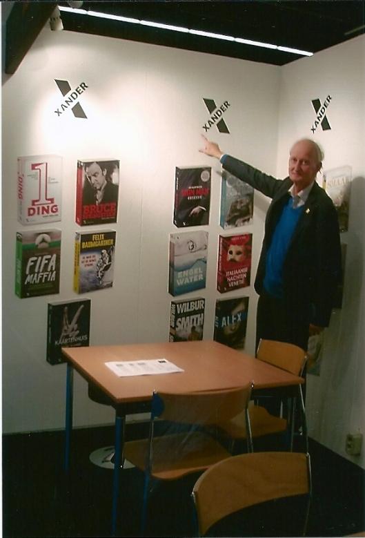Hans Krol bezoekers attenderende op de stand van Xander Uitgevers in Frankfurt