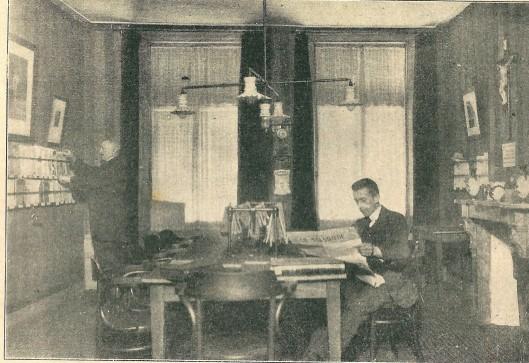 De leeszaal van de r.k. openbare leeszaal en bibliotheek te Amersfoort in 1913 (K.I., 3-1-1914)