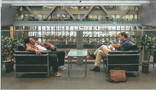 Thierry Baudet (rechts) in de Nationale Bibliotheek van China in Beijing (waar veel studenten behalve sturen ook slapen)