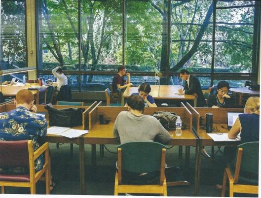 Thierry Baudet met boek in de leeszaal van de Joseph Mark Lauinger Library van de Georgetown University. Hij schrijft: 'Een schoonheidscommissie bestempelde de bunker onlangs als 'historisch'